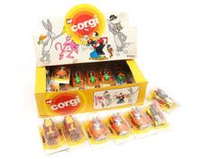 CORGI JUNIORS (GB) E4531 Coffret 'CARTOON' A+.c dimensions : 29,5 x 19 cm - contient 21 véhicules humoristiques de dessins animés (TOM & JERRY, BUGS BUNNY & 2 diligences) - sous blisters individuels jamais ouverts (état 'b' avec accrocs) - 3 exemplaires manquants Corgi Toys, Bugs Bunny, Junior, Pinball, Dimensions, Toms, Cartoons, Casket