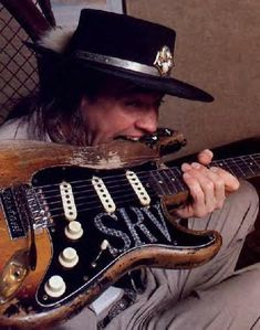 stevie ray vaughan playing fender stratocaster | Stevie Ray Vaughan, le virtuose du blues rock