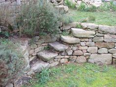 Steps in Stone wall Stone Landscaping, Backyard Landscaping, Sloped Garden, Garden Retaining Wall, Garden Structures, Garden Paths, Stacked Stone Walls, Stone Stairs, Garden Stairs