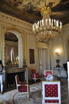 Hôtel de Salm (1787)  Edifié par l'architecte Pierre Rousseau pour le compte d'un prince allemand, Frédéric de Salm-Kyrbourg. Incendié en 1871 et réaménagé intérieurement. Palais de la Légion d'honneur. Salon de l'Aurore.