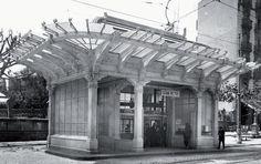 La estació de metro original de la Plaça Lesseps, a Barcelona Gaudi, Barcelona City, Old Pictures, Past, Pergola, Louvre, 1, Outdoor Structures, Travel