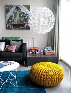 The crochet puff is a versatile, low-cost piece that contributes to the comfort and warmth of environments such as bedroom and living room - the most Living Room Grey, Home And Living, Home And Family, Living Room Inspiration, Interior Inspiration, Interior Ideas, Pouf En Crochet, Knitted Pouffe, Ottoman Design