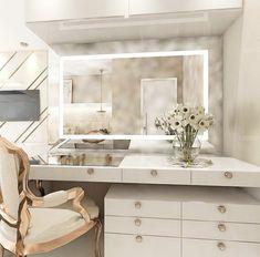 La imagen puede contener: tabla e interior Luxury Bedroom Design, Bedroom Closet Design, Home Room Design, Closet Designs, Home Interior Design, Bedroom Decor, Mirrored Bedroom Furniture, Wardrobe Room, Dressing Room Design