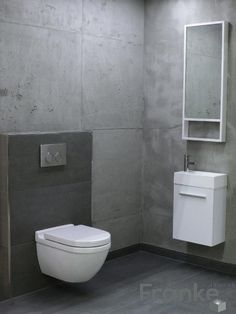 badezimmer dachschr ge holzbalken spiegelwand fliesen naturstein optik wei er waschtisch. Black Bedroom Furniture Sets. Home Design Ideas