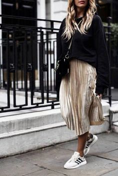 Mein Leben schwarzer Pullover Frauen, The WHY and The HOW Worldwide, 11 bill Mode Outfits, Skirt Outfits, Stylish Outfits, Fall Outfits, Fashion Outfits, Black Outfits, Gold Skirt Outfit, Black Pleated Skirt Outfit, Black Sneakers Outfit