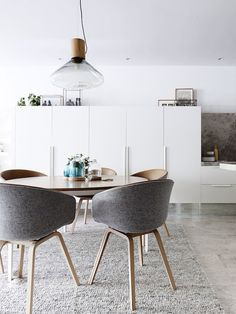 >>How cool and awesome would grey vilt furnished diningroomchairs be?! Especially with the light, or warm darkish brown wood! <<