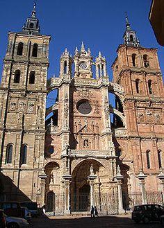 Catedral de Astorga. León. La actual catedral comenzó a edificarse por la cabecera en el siglo XV (1471) en estilo gótico (naves y capillas) y siguió en los siglos posteriores con la portada sur y dos capillas perpendiculares a la nave en estilo renacentista y la fachada principal en barroco del siglo XVIII. Es de planta basilical con tres naves que se prolongan sobre la planta románica y capillas entre contrafuertes y tres ábsides poligonales; las bóvedas son de crucería.