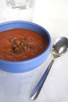 Tomatsoppa med kokosmjölk och chilirostade kikärtor