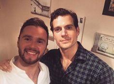 "New Pic!! ""E então, nos tornamos #bezzies (melhores amigos) #Superman #London #DC #superhero #gladiwentforthatafterworkdrink #selfie #lovelyguy #didijustmeetsuperman #hellyeah."" #AlwaysHenryCavillBrasil (By @iam_jrobertson)"