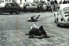 Em trecho da Estrada velha de Santos, jovens do ABC, na grande São Paulo, se arriscam com carrinhos de rolimã (Foto: Paulo Cerciari - 13.jul.1987/Folhapress)