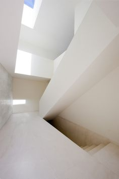 Modern Stairs // stone stairwell at the House on Mountainside / Fran Silvestre Arquitectos Minimal Architecture, Space Architecture, Amazing Architecture, Residential Architecture, Sombra E Penumbra, Home Design, Castle Pictures, House On The Rock, House 2