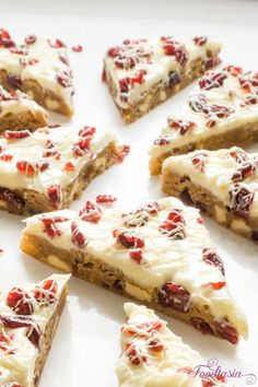 Cranberry Bliss Bars Starbucks' Cranberry Bliss Bars, packed with cranberries, white chocolate, and cream cheese. Quick and easy to make at home! Cranberry Orange Cookies, Cranberry Bars, Cranberry Recipes, Cranberry Dessert, Chewy Blondies Recipe, Banana Blondies, Fudge, Cranberry Bliss Bars Starbucks, Mousse