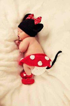 夏バージョン・赤ちゃんの寝相アートに癒される♩|MERY [メリー]