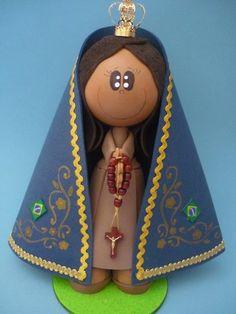 Boneca em EVA com pintura em molde vazado, apliques dourados, dezena do terço em madeira e coroa dourada R$35,00