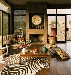 Diseño de sala con chimenea de arcilla