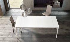 Tavolo di design Corner Corner è un tavolo di design che può essere fisso o allungabile, e presenta una struttura in metallo laccato opaco. I piani sono in cristallo extrachiaro acidato opaco antigraffio, tra le caratteristiche predominanti di questo tavolo unitamente alle quattro gambe slim a forma conica. Corner è disponibile di serie in bianco opaco e, a richiesta, nelle tinte speciali tortora, grigio, antracite e nero opachi. Allunghe in legno laccate in tinta.