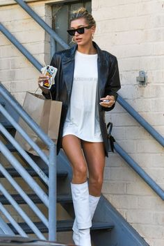 Hailey Bieber was on to something when she stepped out in a leather blazer earlier this fall. Estilo Hailey Baldwin, Hailey Baldwin Style, Hailey Baldwin Vogue, Outfit Essentials, Fashion Week Paris, Style Blazer, Leather Blazer, Models Off Duty, Date Outfits