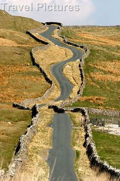 Stone walls on Yorkshire Dales road, England Yorkshire England, Yorkshire Dales, North Yorkshire, Beau Site, England And Scotland, England Uk, Voyage Europe, English Countryside, Roadtrip