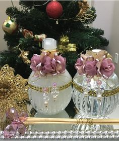 Kit bojudo <br>1 sabonete líquido 300ml <br>1 difusor 300 <br>1 kit varetas decoradas (2 varetas decoradas + 4 varetas simples) <br>1 bandeja 32x16 <br>*flores bordô e tampas douras, com detalhes em dourado. <br>Frete a contratar Antique Perfume Bottles, Vintage Bottles, Diy And Crafts, Arts And Crafts, Mirror Tray, Shabby Chic Crafts, Bottles And Jars, Vases Decor, Bottle Crafts