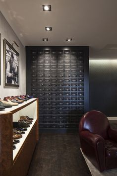 Gaziano Girling is a unique shoe company. Founded in 2006 by Tony Gaziano & Dean Girling, it has become the most innovative and versatile shoemaker in England, combining handcrafting and manufacturing skills to put itself at the top of both the bespoke and benchmade industries. For their flagship store at Savile Row in the heart of London, they have decided to use our #GridInTrimlessOPTO to light up their unique shoe collection. Be sure to visit this beautiful store when you're in London!