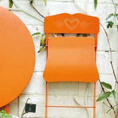 Chaise Fermob Cœur. Une chaise pliante et compacte que l'on imagine volontiers autant dans les jardins du petit Trianon de Marie-Antoinette que sur le balcon en pleine montagne. www.saisons-deco.com