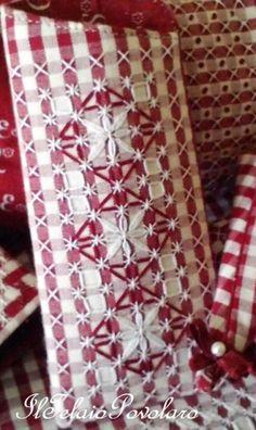 Semolice e molto . molto pratico... In definitiva, sono solo due rettangoli, di cui uno tagliato in obliquo nel lato corto superiore, per rendere più agevole l'estrazione degli occhiali, resi rigidi da un'interfodera adesiva Quanto alla broderie suisse,...