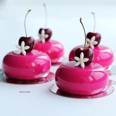 Whole pear cake - HQ Recipes Mini Desserts, Zumbo Desserts, Small Desserts, Gourmet Desserts, Delicious Desserts, Dessert Recipes, Mini Cakes, Cupcake Cakes, Beautiful Desserts