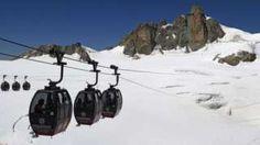 Image caption                                      El teleférico lleva a los visitantes en un tour por el Mont Blanc. El incidente dejó a las 60 personas atrapadas a unos 3.800 metros de altitud.                                Es posible que pasen la noche a más de 3.800 metros de altitud. Este jueves 45 personas quedaron atrapadas en las cabinas de un teleférico en el Mont Blanc, en los Alpes franceses. Todo después de que los cables p