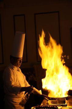 総料理長によるメインディッシュのフランベは迫力満点!パーティー当日の演出としても人気。