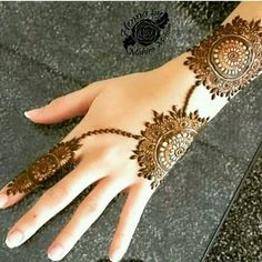 Simple mehndi designs for hands to kick start the ceremonial fun. If elaborate henna designs are a bit too much for you, then check out these henna designs. Henna Hand Designs, Mehndi Designs Finger, Legs Mehndi Design, Mehndi Designs 2018, Mehndi Designs For Beginners, Modern Mehndi Designs, Mehndi Designs For Girls, Mehndi Design Photos, Mehndi Designs For Fingers