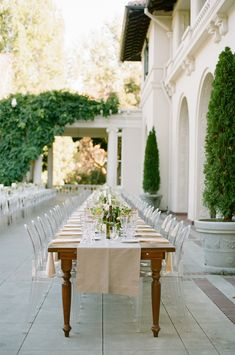 A nice mix of modern and elegance by using clear ghost chairs and wooden tables with a linen runner really create interest to this design. Ghost Chairs, Wedding Seating, Wedding Venues, Wedding Table, Reception Table, Plan Design, Outdoor Seating, California Wedding, Tablescapes
