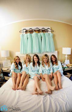 damas de honor sentadas en la cama