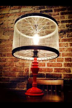 Lampada com roda de bicicleta ecodesign