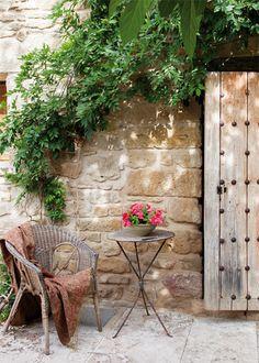 Disfrutar al aire libre:  Dos zonas bien diferenciadas, un porche vegetal, cómo iluminarlo, un modelo para cada clima, ¿dónde situarlo? y Distintos tipos de cubierta.