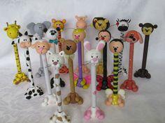 ¨¨°º©©º°¨¨¨¨¨¨°º©©º°¨¨¨¨¨¨¨°º©©º°¨¨¨¨¨¨°º©©º° Caneta Urso Panda em Biscuit. Faço outros modelos de bichinhos, como ovelha, joaninha, vaca, gato, cachorro, urso marrom, abelha, girafa, borboleta, tigre, leão, elefante, macaco, coelho, hipopótamo, zebra (vide foto). A caneta que uso é BIC. Poss...