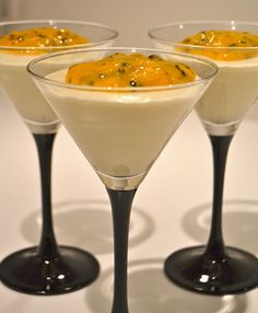 Vitchokladmousse mango passion Appetizer Recipes, Snack Recipes, Dessert Recipes, Cooking Recipes, Candy Drinks, Party Food And Drinks, Desserts In A Glass, Cookie Desserts, Pudding Desserts