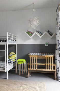 Poikien huoneen pulpetti on peräisin Siivikkilan koulusta. Lamppu, jakkarat, verhot ja suurin osa kodin uutena ostetuista tavaroista on hankittu Ikeasta, jossa Elina oli töissä ennen nykyisiä valokuvaajan opintojaan.