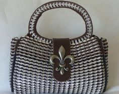 Pop Tab Purse - Fleur De Lis I would so make this for my aunt Soda Tab Crafts, Can Tab Crafts, Pop Tab Purse, Coin Purse, Candy Wrapper Purse, Pop Can Tabs, Soda Tabs, Pop Cans, Recycled Leather