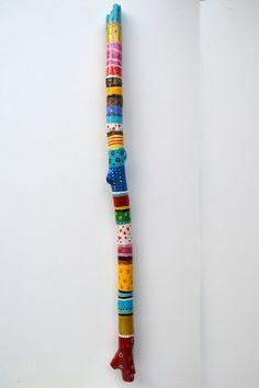 made by made by ik van hou-t Spirit Sticks, Painted Driftwood, Driftwood Crafts, Peace Pole, Stick Art, Decoration Originale, Painted Sticks, Outdoor Art, Nature Crafts