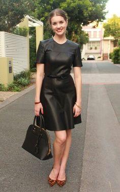 Lady zwart. leadher jurkje. pumps. tasje