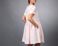 Deze gezellige jeugdige natuurlijke linnen stof jurk zal geven het kappen van vrijheid en originele stijl voor elke vrouw die het zal dragen. De jurk is bijzonder comfortabel, gemaakt van het natuurlijke Litouwse materiaal.  Een ander een mooi detail voor uw dagelijkse linnen leven. ;)  Care instructie: mashine wassen zacht. Details: de jurk heeft twee comfortabele zijzakken.  Aarzel niet om contact met mij in convo geval hebt u individuele behoeften over onze producten.  Bedankt voor je…