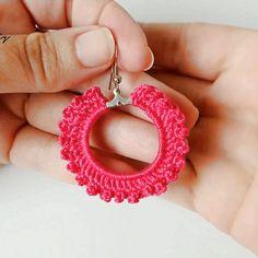 Diy Earrings Crochet, Crochet Jewelry Patterns, Cross Stitch Borders, Earring Tutorial, Crochet Videos, Crochet Flowers, Sewing Hacks, Free Pattern, Knitting