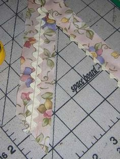 """NEAT RIC-RAC TRIMMED BIAS BINDING Tutorial ~ This is a quilt, one of my favorite """"fast"""" quilts to make! To finish it quickly, I use a neat technique for applying the binding totally by machine. Quilting Tips, Quilting Tutorials, Machine Quilting, Quilting Designs, Beginner Quilting, Quilting Projects, Sewing Patterns Free, Free Sewing, Quilt Patterns"""