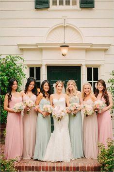 Damas de honor con vestidos iguales en diferentes colores