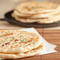 Pan Grilled Flatbread, soft and chewy - like Naan Naan Flatbread, Grilled Flatbread, Naan Pizza, Yeast Rolls, Bread Rolls, Recipe For Chicken Tikka, Bread Recipes, Cooking Recipes, Le Diner