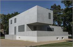 Bauhaus (1919-1938) De kenmerken van Bauhaus zijn grijs betonnen muren en glas, alle gebouwen zijn ook met blokken en hoeken ingedeeld