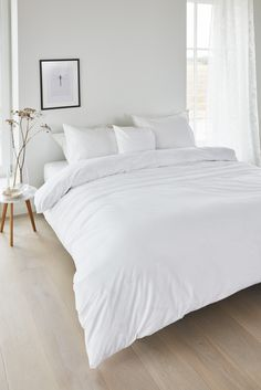 Gorgeously Chic White Bedroom Ideas You'll Adore Choosing the main color for your bedroom decor can be quite confusing. Each of the options has its own characteristic that will determine how your bedroom will look and feel. Room Ideas Bedroom, Home Bedroom, Modern Bedroom, Modern Minimalist Bedroom, Minamilist Bedroom, Minimalist Home Decor, Minimalist Interior, Girls Bedroom, Minimal Bedroom Design