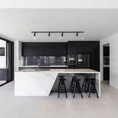 Black & white kitchen with marble countertops 👌 - Kitchen Kitchen Room Design, Luxury Kitchen Design, Home Decor Kitchen, Modern House Design, Interior Design Living Room, Kitchen Ideas, Kitchen Inspiration, Patio Kitchen, Coastal Interior