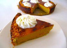 Pompoentaart is een Amerikaanse taart die met Thanksgiving wordt gegeten. Door de diverse kruiden in de taart is het een lekker stevig herfsttaartje. Het is een simpel taartje qua bereidingswijze alleen moet de bodem wel even stevig worden in de koelkast.   Tijd: circa 3 uur (40 minuten bakken en deeg 1,5 uur laten rusten) Recept voor 8 personen  Benodigdheden voor de bodem:      300 gram bloem     300 gram ongezouten koude boter     Snufje zout     1 eidooier     50 gram suiker