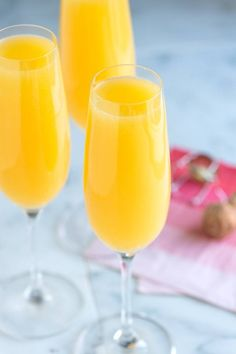 A Sunday brunch must: Mimosa Cocktails. Mimosa Cocktail Recipes, Best Mimosa Recipe, Cocktail Drinks, Mimosas Recipe, Mimosa Bar, Champagne Cocktail, Mimosa Recipe With Champagne, Mimosa Recipe With Grand Marnier, Easter Cocktails